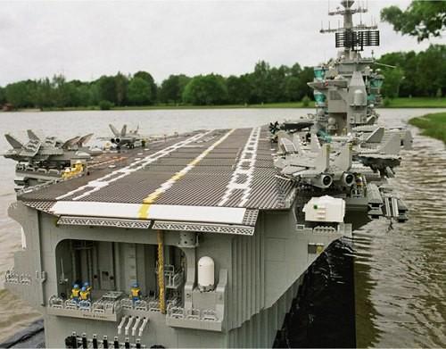Lotniskowiec z klocków LEGO