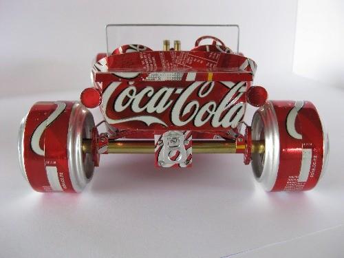 Hot Rod auto wykonane z puszek po cocacoli