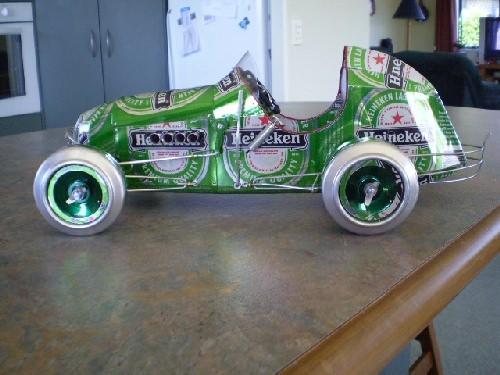 Model wykonany z puszek po Heinekennie