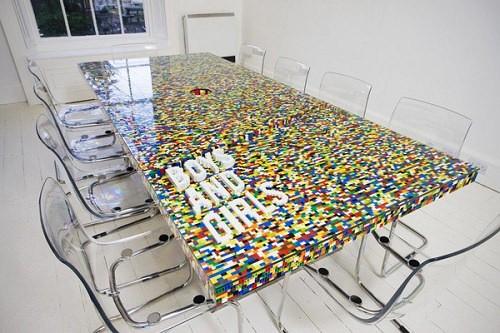 Stół z klocków LEGO