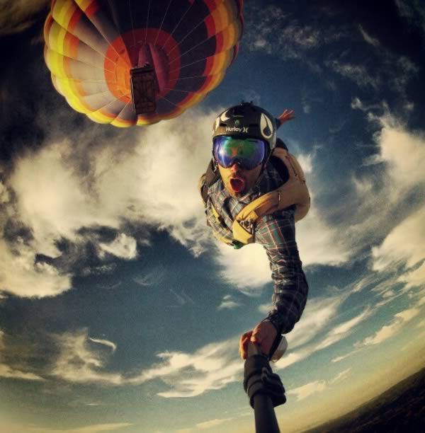 Sweet focia podczas lotu ze spadochronem