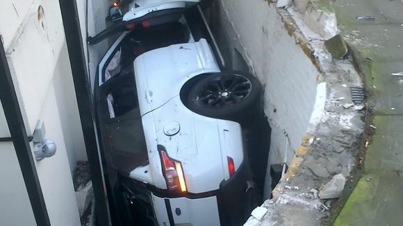 Range Rover warty 80 000 funtów rozbity
