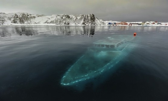 Zatopiony Jacht na Antarktydzie