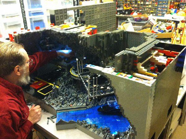 Kryjówka Batmana zbudowana z klocków LEGO
