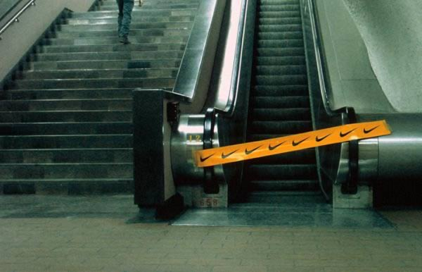 Kreatywna reklama na schodach