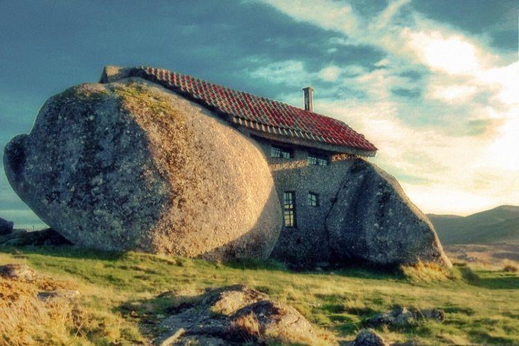 Kamienny dom - Casa do Penedo w Portugalii