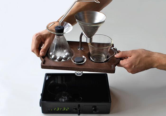 budzik robiący kawę