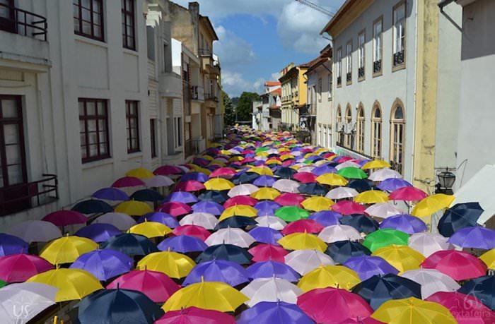 Portugalska ulica udekorowana setką parasoli