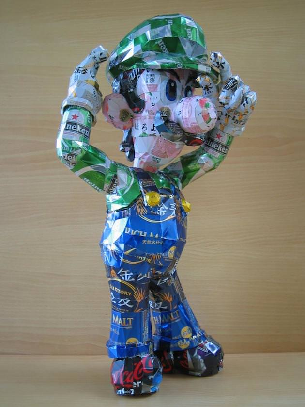 postacie zrobione z puszek po piwie