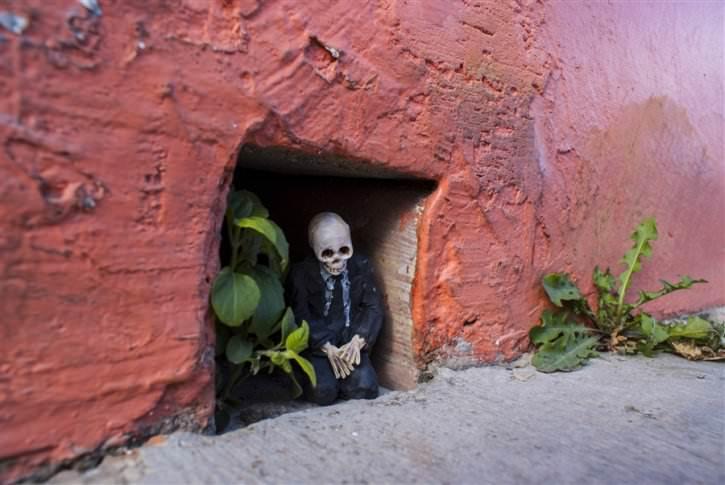 miniaturowe-szkielety-na-ulicach-6