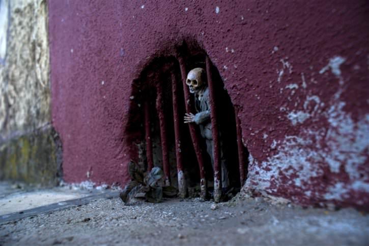 miniaturowe-szkielety-na-ulicach-8