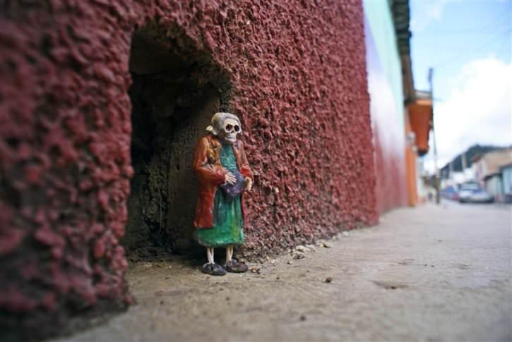 miniaturowe-szkielety-na-ulicach