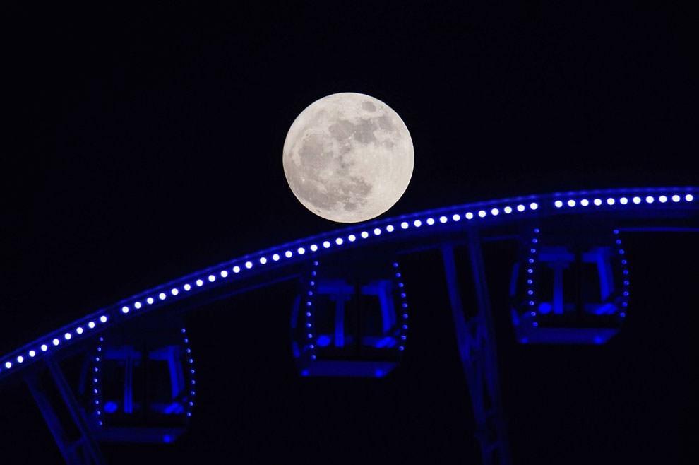 Księżyc na tle diabelskiego młyna w Hong Kongu