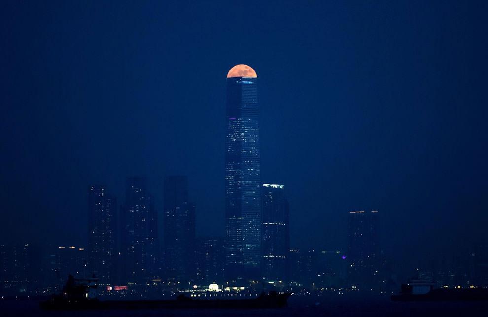 Księżyc nad portem Victoria w Hong Kongu