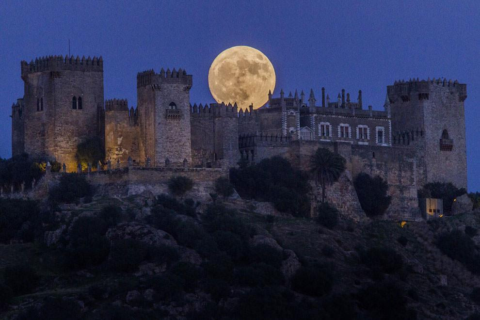 Superksiężyc na tle zamku Almodóvar del Río