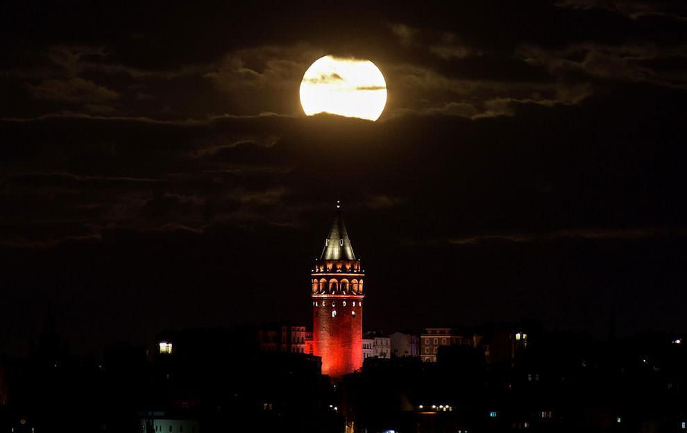 Księżyc w Stambule nad Wieżą Galata