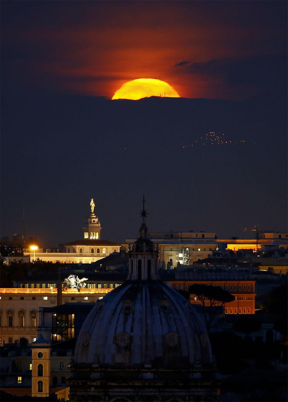 Superksiężyc nad Rzymem