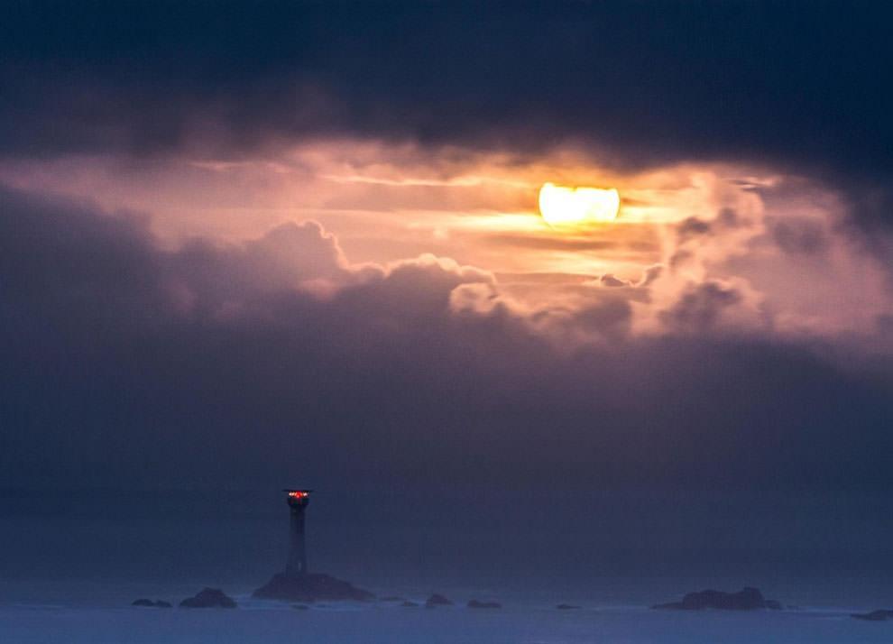 Latarnia morska Longships i superksiężyc