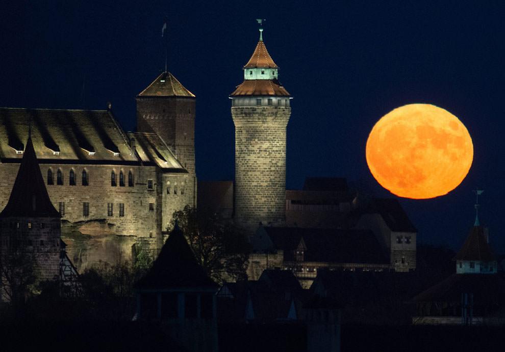 Księżyc nad zamkiem w Norymberdze