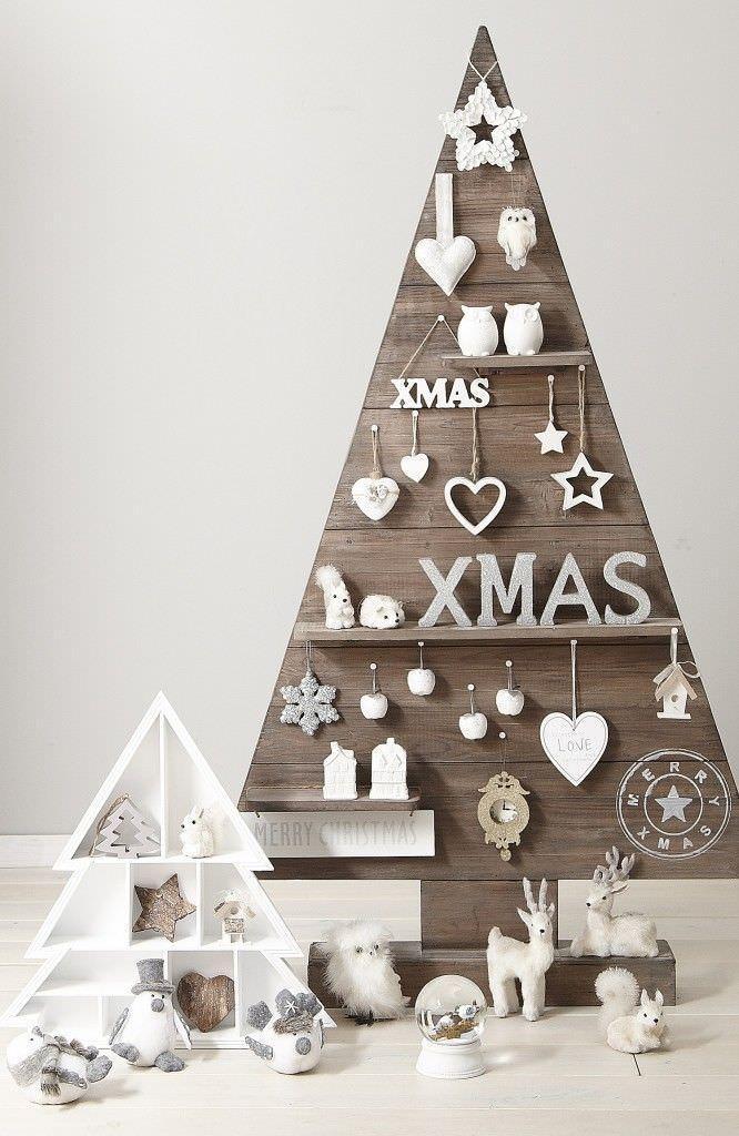 Drewniana choinka z półkami na prezenty
