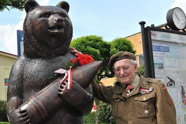 Pomnik niedźwiedź Wojtka w Żaganiu