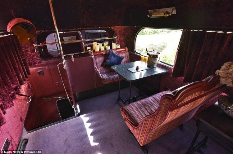 Piętrowy autobus przerobiony na hotel
