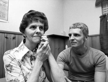 Billy Hayes wita się z matką