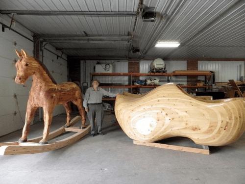 Ogromne buty z drewna