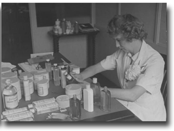 Elizabeth Arden w pracy w laboratorium
