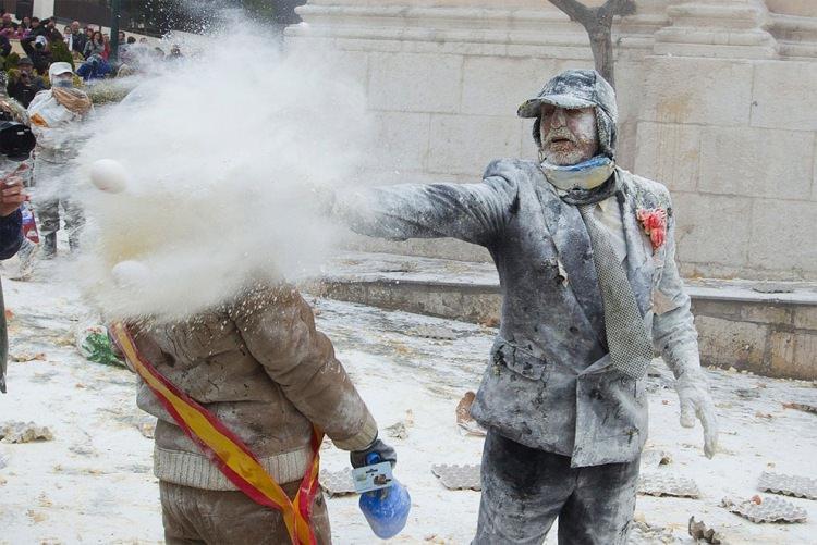 """Festiwal """"ELS Enfarinats"""" - walka na jaja i mąkę"""