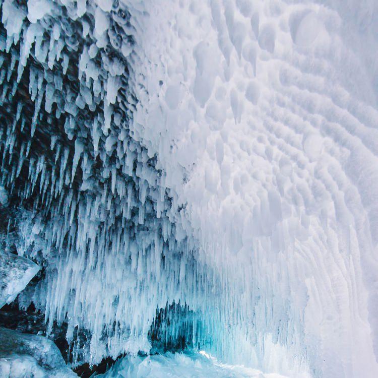 Zamarznięte jezioro Bajkał zimą