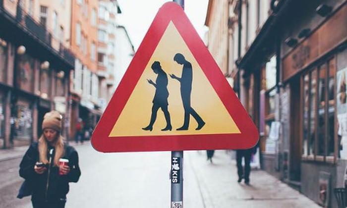 "znak ""Uwaga Smombie"""