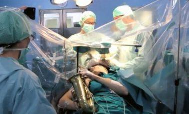 Gra na saksofonie podczas operacji