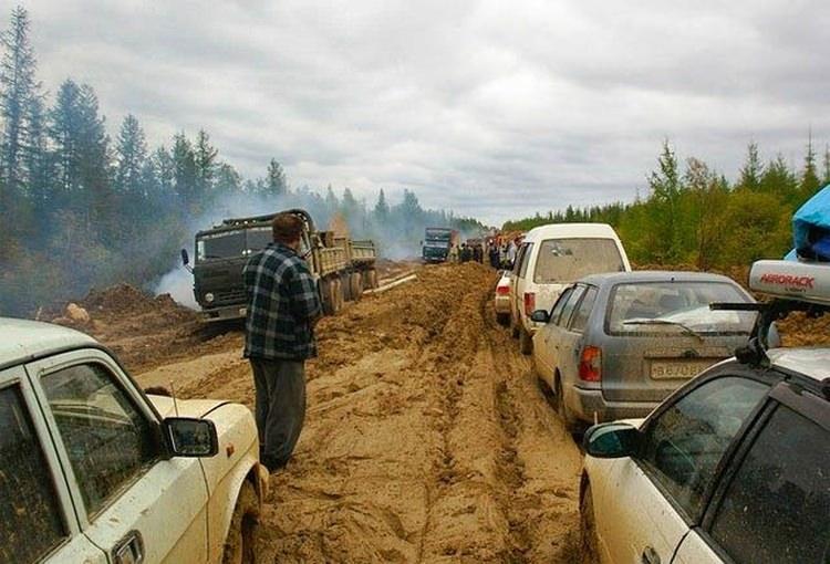 Błotna autostrada w Rosji - najniebezpieczniejsze drogi świata