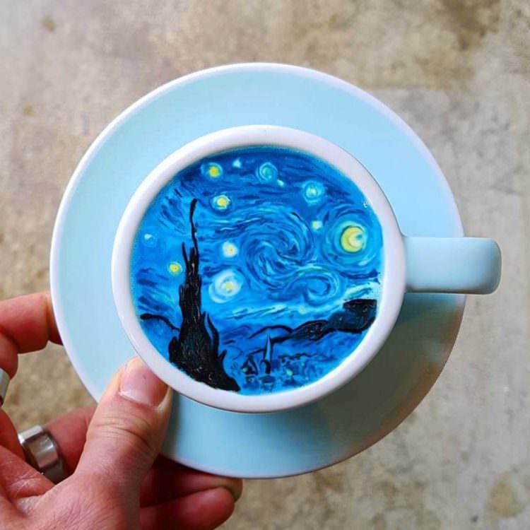 """Odwzorowanie obrazu """"Gwieździsta noc"""" Vincenta Van Gogha na kawie"""