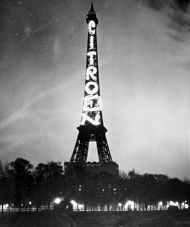 Wieża Eiffla jako największy billboard reklamowy