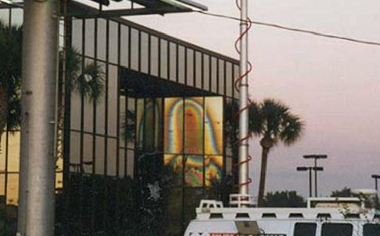 Zdjęcie fasady budynku w Clearwater, w którym niektórzy dopatrują się wizerunku Matki Boskiej