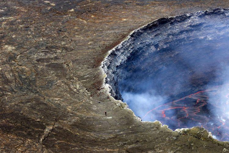 Największe jezioro lawowe na świecie znajdujące się we wnętrzu krateru wulkanu Nyiragongo