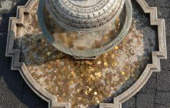 monety w fontannie