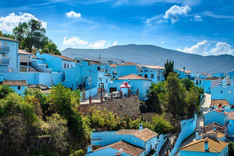 Kolorowe miasto Juzcar w Hiszpanii