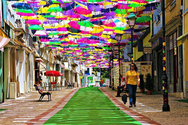 tęczowa alejka w portugalskim miasteczku Águeda