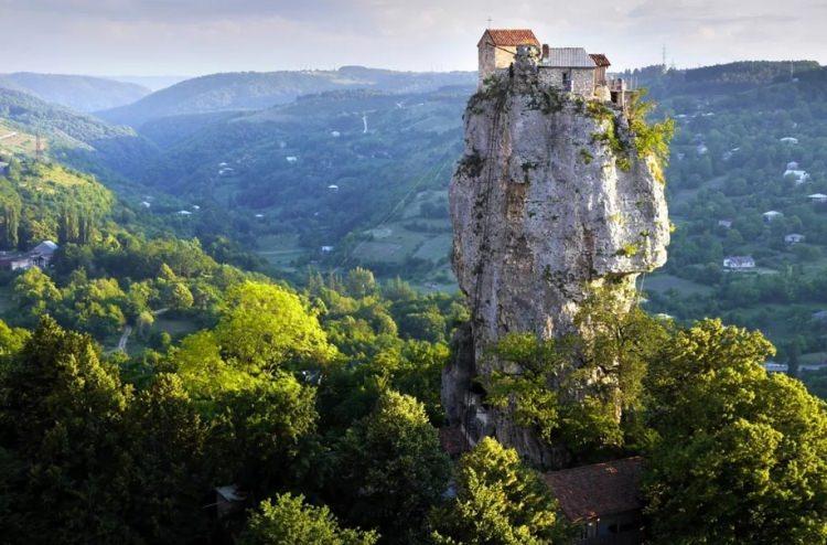 40-metrowy stromy monolit znajduje się w wiosce Katskhi w zachodnim regionie Gruzji Imereti, około 10 km od miasteczka Chiatura.