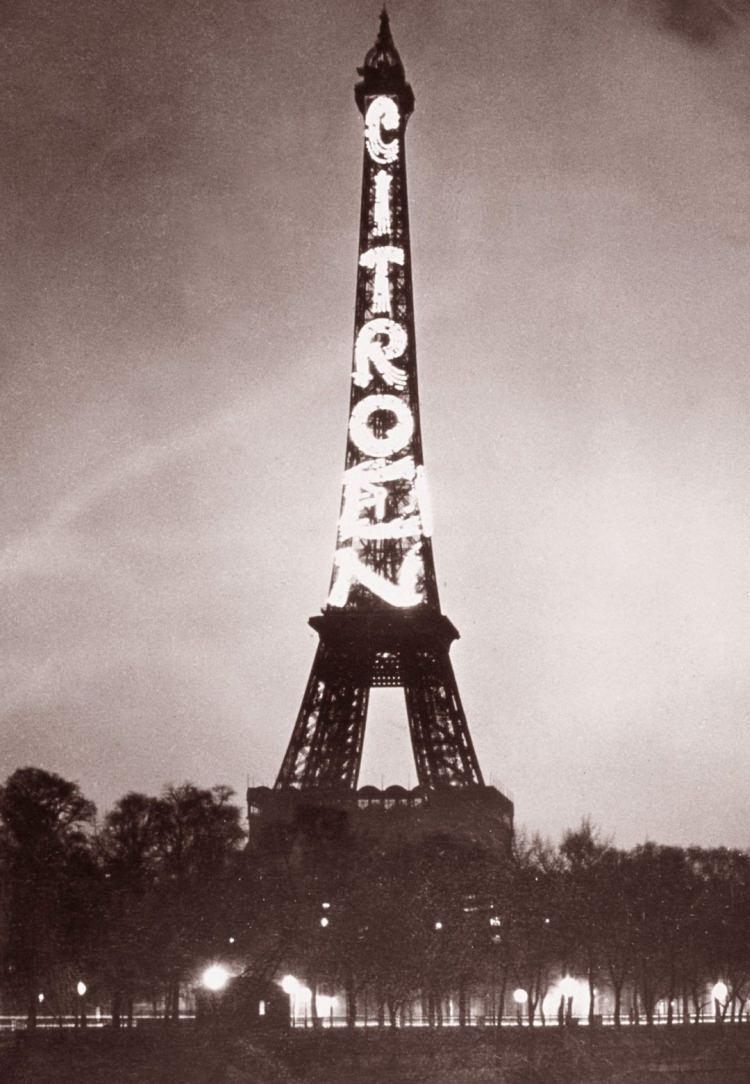 Gigantyczna reklama Citroena na wieży Eiffla