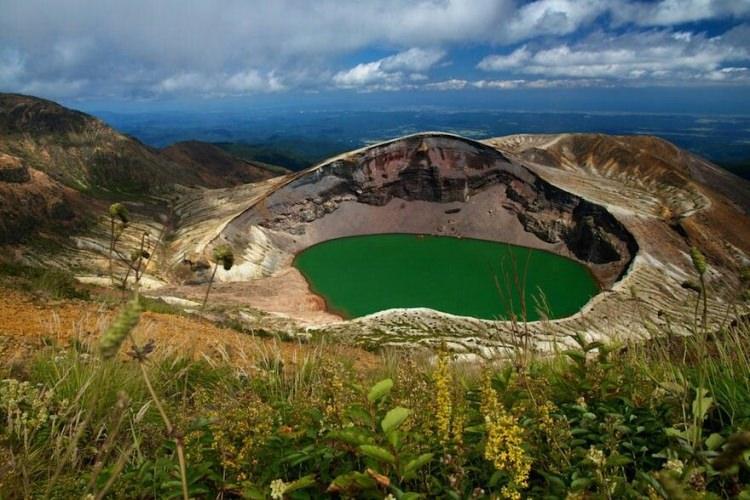 Kolorowe jezioro Okama w Japonii