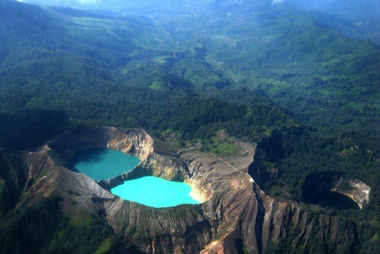 Wulkan Kelimutu i trzy kolorowe jeziora zmieniające swą barwę