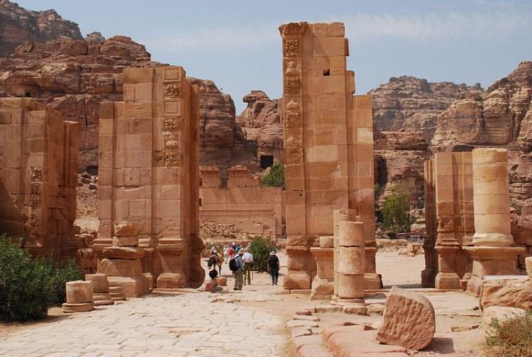 Petra - ruiny Bramy Hadriana