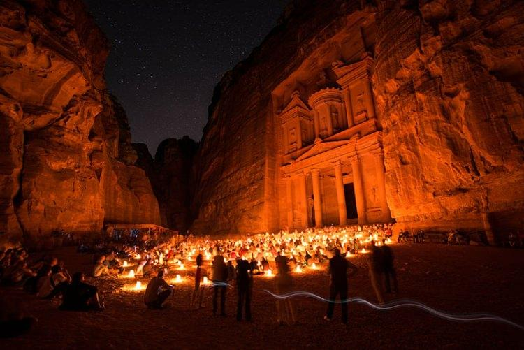 Skalne miasto Petra nocą - Petra by night