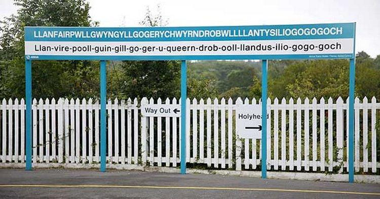 miejscowość Llanfairpwllgwyngyllgogerychwyrndrobwllllantysiliogogogoch w Walii