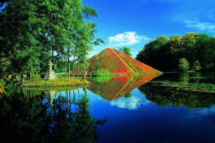 piramida - mauzoleum księcia ermanna von Puckler-Muskau na ternie pałacu Branitz