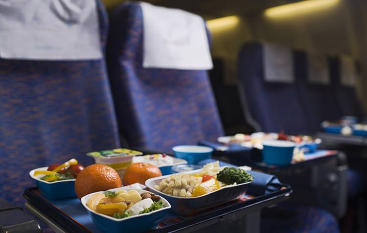 dlaczego jedzenie w samolocie dziwnie smakuje